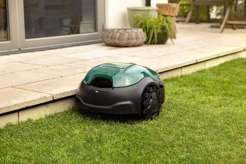 Tienieren 2021: de robotmaaier #tuin #grasmaaier #tuinieren