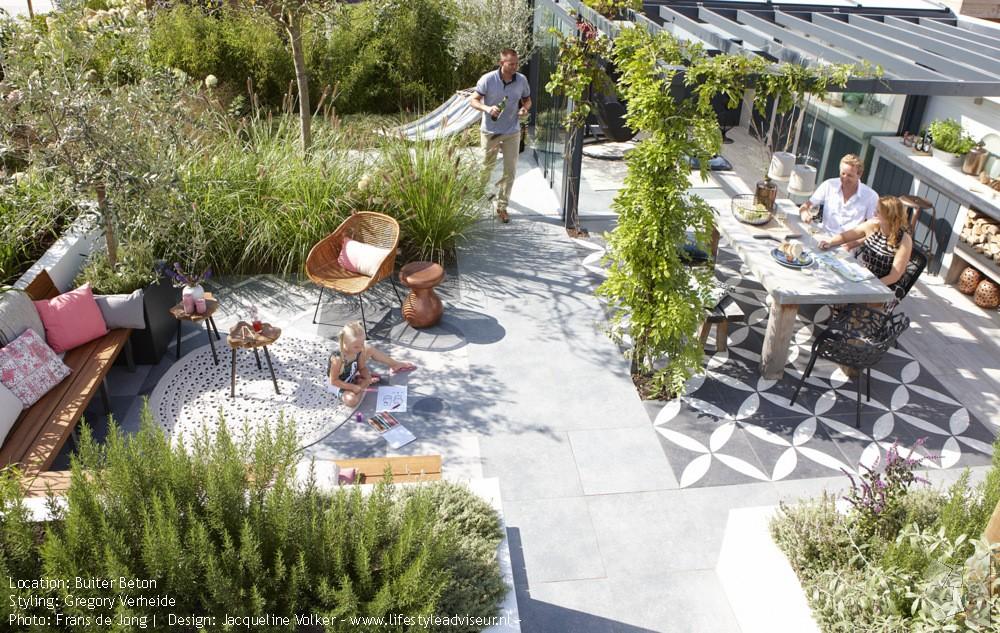 Tuintrends 2019 - buiten koken en eten. Foto: Frans de Jong - Styling: Gregory Verheide - Design: Jacqueline Volker lifestyleadviseur.nl #tuintrend #tuinidee #tuininspiratie #tuin #buitenkeuken #buitenkoken #terras