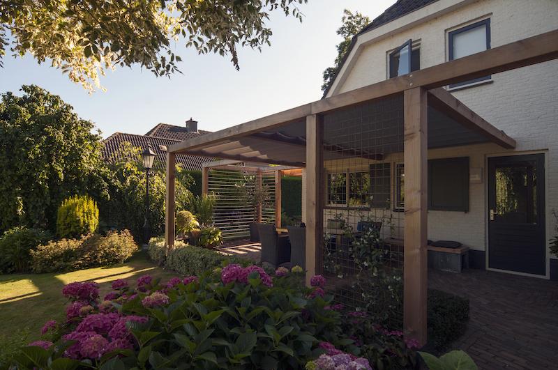 Tuininspiratie. Veranda. Overkapping terras: houten pergola met schuifzonwering via Luxxout #veranda #overkapping #tuin #terras #tuininspiratie #pergola #zonwering #luxxout