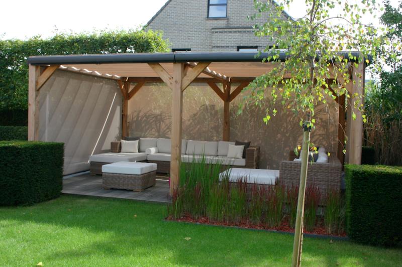 Houten overkapping in de tuin met windschermen voor privacy en als bescherming tegen wind en zon. Overkapping Solem van Luxxout #tuin #overkapping