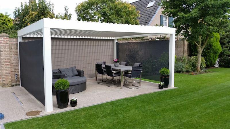 Overkapping in de tuin met windschermen voor privacy en als bescherming tegen wind en zon via Luxxout #tuin #overkapping