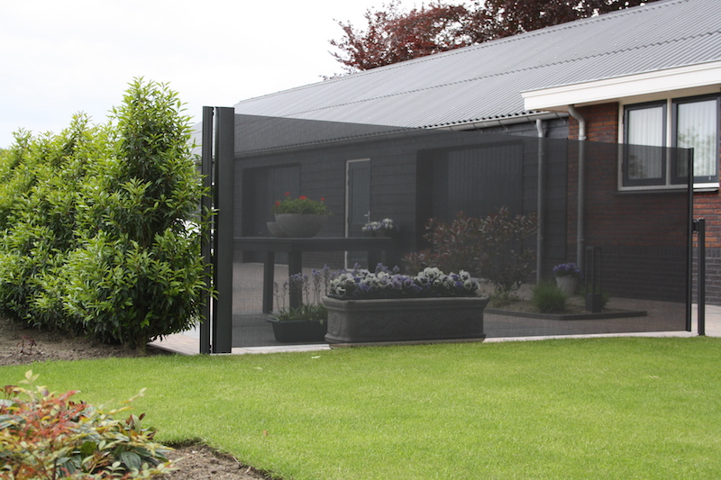 Windscherm bij terras: bescherming tegen wind en zon en voor meer privacy. Via Luxxout #tuin #windscherm