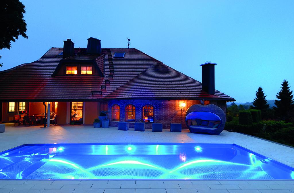 Prive zwembad van edelstaal in de tuin via Polytherm Nederland