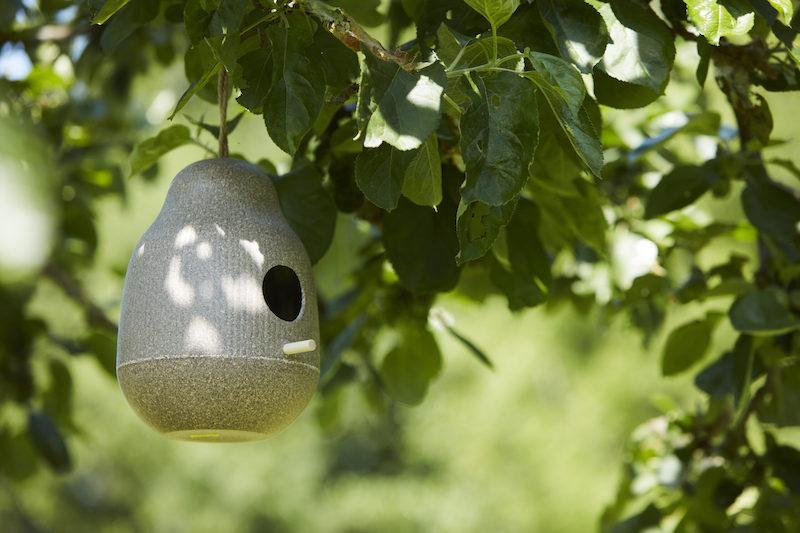 Vogelhuisje van Point-Virgule voor tuin en balkon #tuinidee #vogelhuisjes #voederhuisjes #tuin #balkon #tuininspiratie
