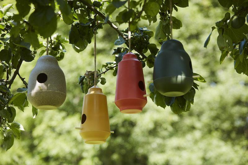 Gekleurde Vogel- en voederhuisjes van Point-Virgule voor tuin en balkon #tuinidee #vogelhuisjes #voederhuisjes #tuin #balkon #tuininspiratie