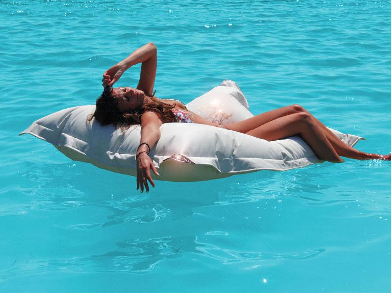Lekker dobberen in het zwembad op het waterdichte loungekussen Chillisy
