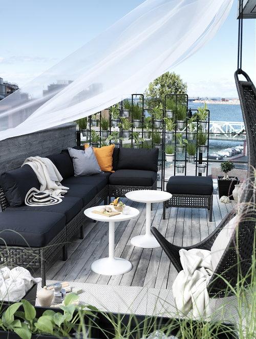 Ikea tuinmeubelen KUNGSHOLMEN met KUNGSO kussens en SVINGA hangstoel voor tuin of balkon.