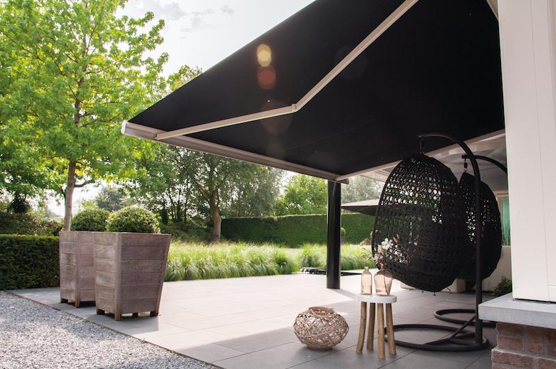 Houd je huis en terras heerlijk koel met een mooi zonnescherm. Zonlicht en warmte kunnen zo niet naar binnen komen #verano #zonnescherm #terras