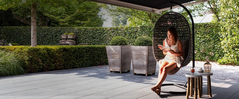 Tuininspiratie 2019. Met een zonnescherm ben je klaar voor zonnige dagen. Zonnescherm Ipanema via Verano zonwering #zonnescherm #terras #tuin #tuinidee #tuininspiratie #verano #zonwering