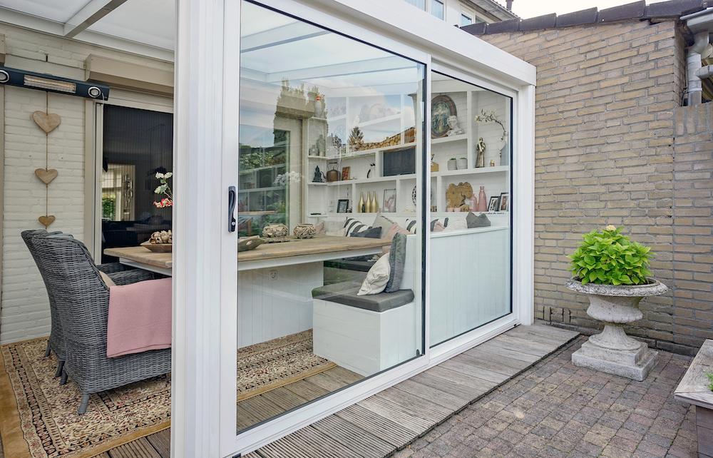 Geniet het hele jaar van tuin en terras met glaswanden en een terrasoverkapping #tuinkamer #tuin #terras #verano