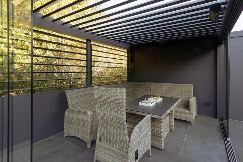 Overkapping met lamellen in de tuin #verano #levanto #overkapping #tuin