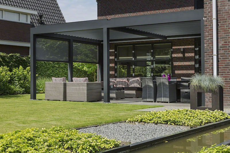 Terras met terrasoverkapping met lamellendak en Ritzscreens voor extra beschutting #verano #terrasoverkapping