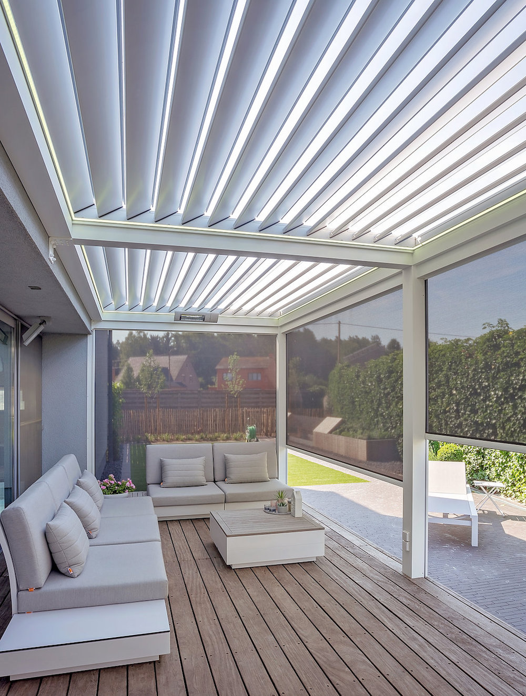Terrasoverkapping met lamellen. Met een lamellendak reguleer je zelf de mate van zonlicht en schaduw op je terras en het is spatwaterdicht. Uitgebreid met Verano Ritzscreens ben je het hele jaar door beschermt tegen wind, regen en UV stralen #verano #terras #terrasoverkapping #tuin