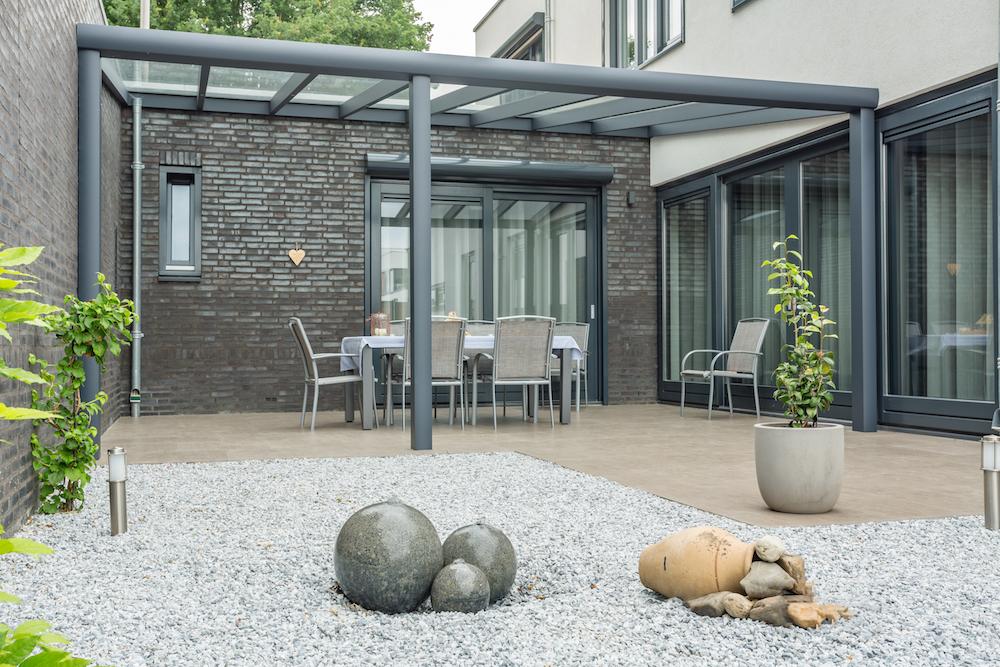 Terrasoverkapping van Verano. Uit te breiden met glaswanden, sfeervolle verlichting, verandazonwering en Ritzscreens van Verano #terrasoverkapping #tuin #terras #verano