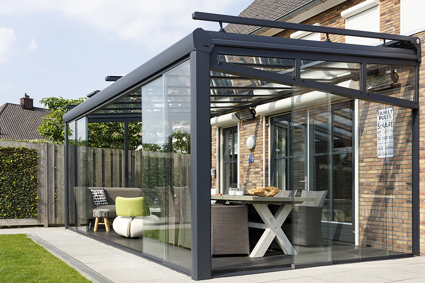 Terrasoverkapping van aluminium met glaswanden en zonwering - Verano #tuin #terras