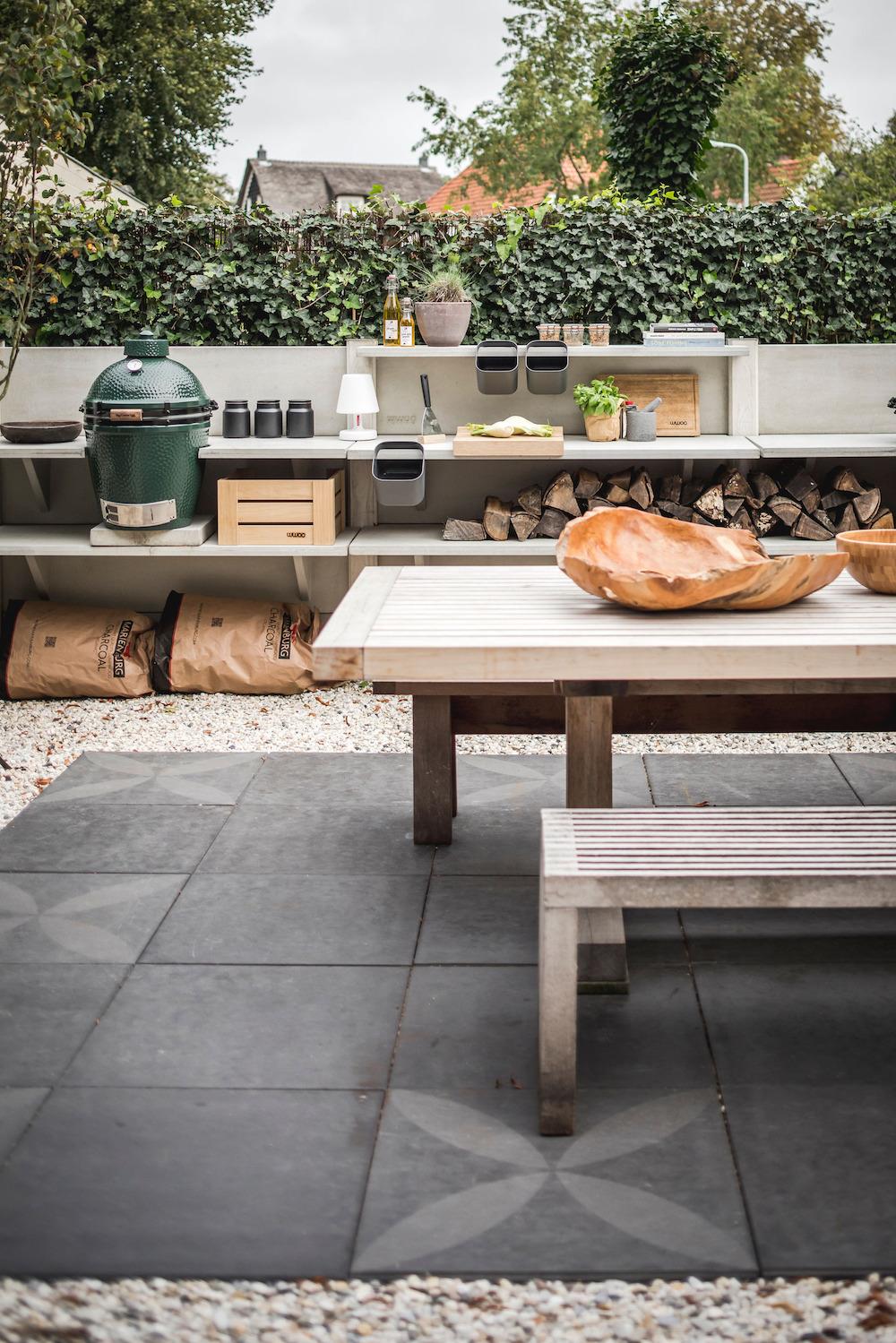 Buitenkeuken WWOO met green egg barbecue en buitentegels Duostone vtwonen by Douglas & Jones #tuin #tuininspiratie #buitenkeuken #barbecue #terras #wwoo #buitentegels #vtwonen #douglasjones