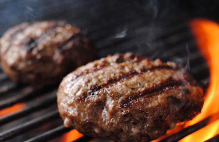 Zelfgemaakte hamburger op de barbecue
