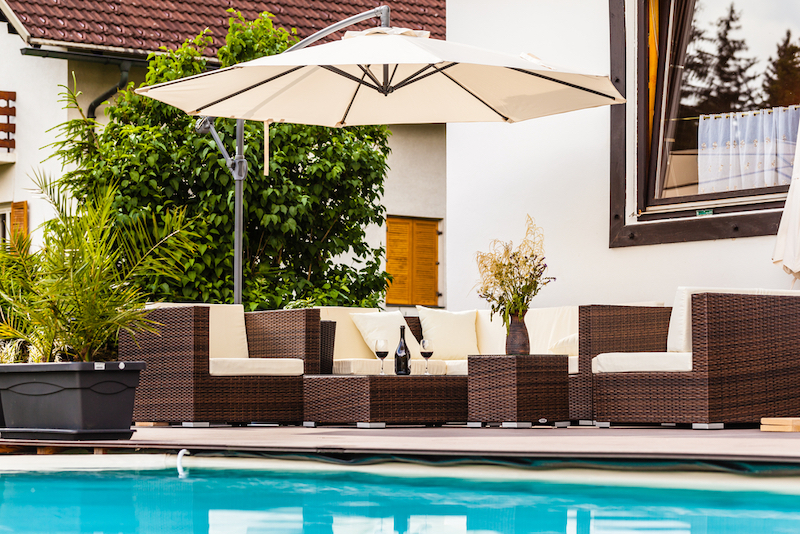 Parasol als eyecatcher op je terras #tuininspiratie #terras #zwembad #zonwering