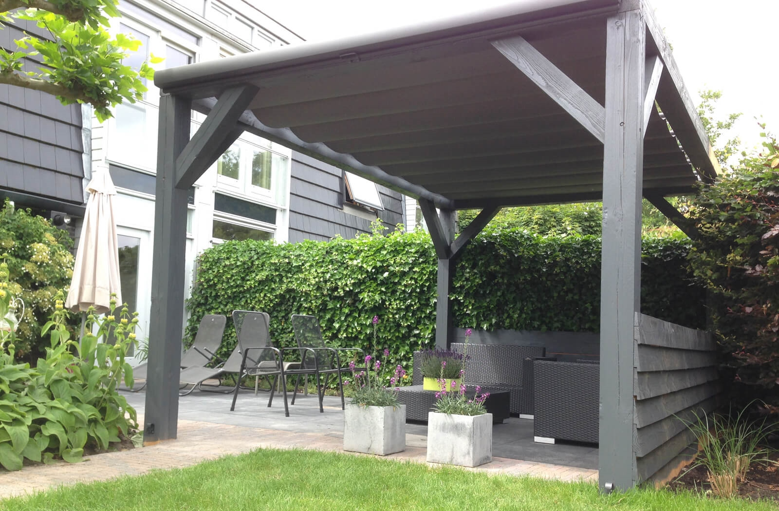 overkapping over terras of tuin solem van luxxout. Black Bedroom Furniture Sets. Home Design Ideas
