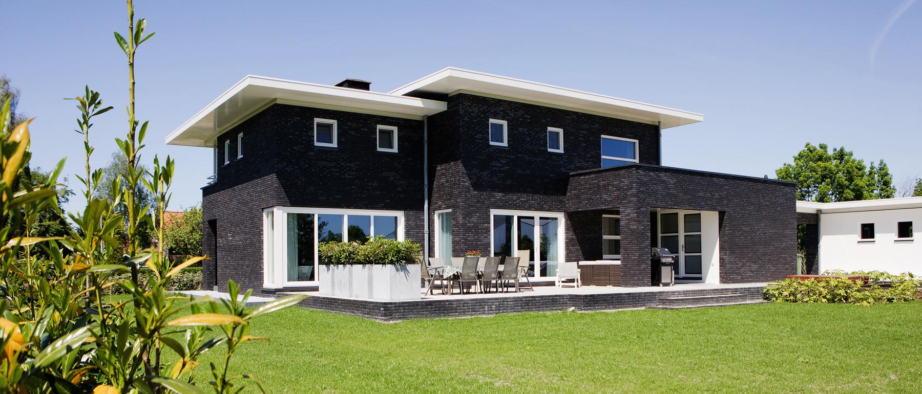 Exterieur villa met kunststof kozijnen, deuren en vouwwanden van Jumbo