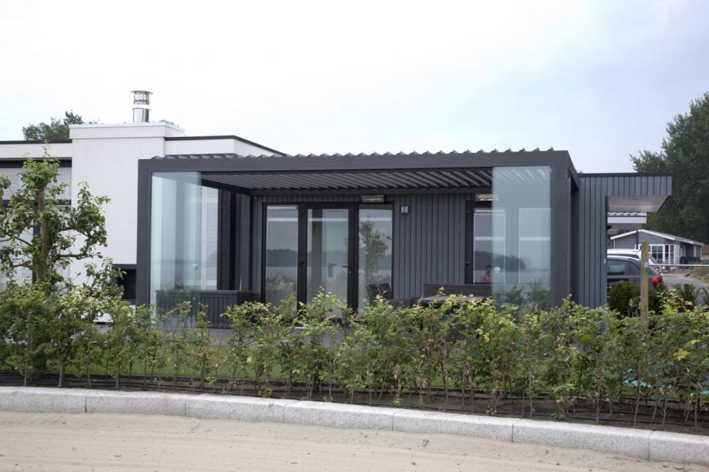 Serre-veranda met lamellen overkapping en glazen schuifwanden via Jumbo