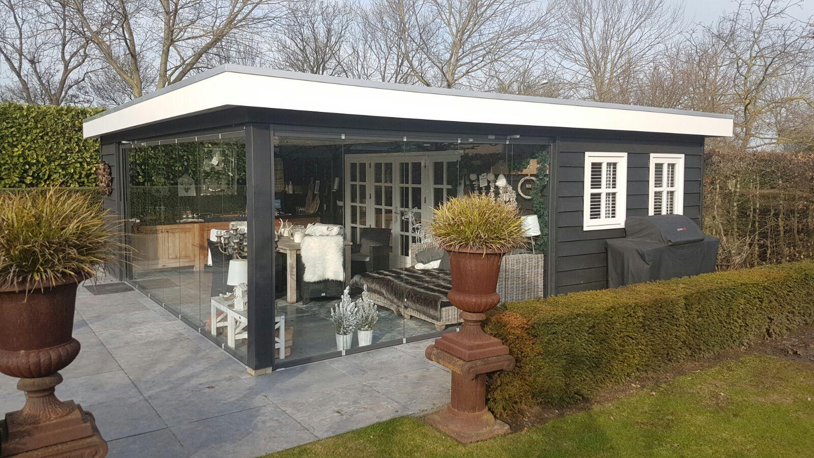 Tuinhuis met veranda met glazen pui #tuinhuizen #veranda #tuin #tuininspiratie #tuinhuis