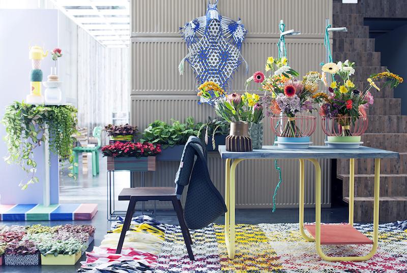 Trends voor een make-over van je balkon of terras. Re-Assemble: maak gebruik van verschillende vormen, kleuren, materialen. Kartonnen vazen, verschillende dessins. Via bloemenbureau
