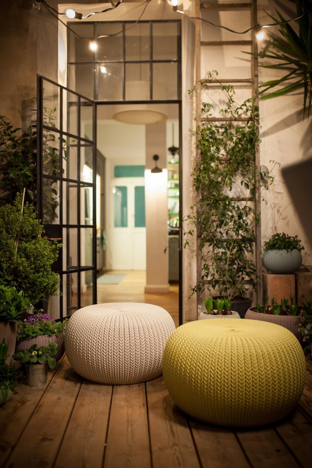 Poef voor de tuin met gebreide look en de voordelen van kunststof: knit by curver