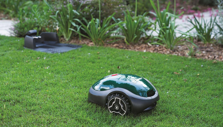Tuinidee. De Robomow robotmaaier wordt met stemcontrole aangestuurd via Alexa #robotmaaier #robomow #wolfgarten #tuin #grasmaaien #grasmaaier #gazon