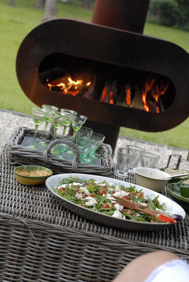 Zeno Barro buitenhaard van Zeno Products met extra brede vuurmond en grill. Barbecue en tuinhaard in één! #buitenhaard #tuinhaard #tuininspiratie #tuin #barbecue #zenoproducts