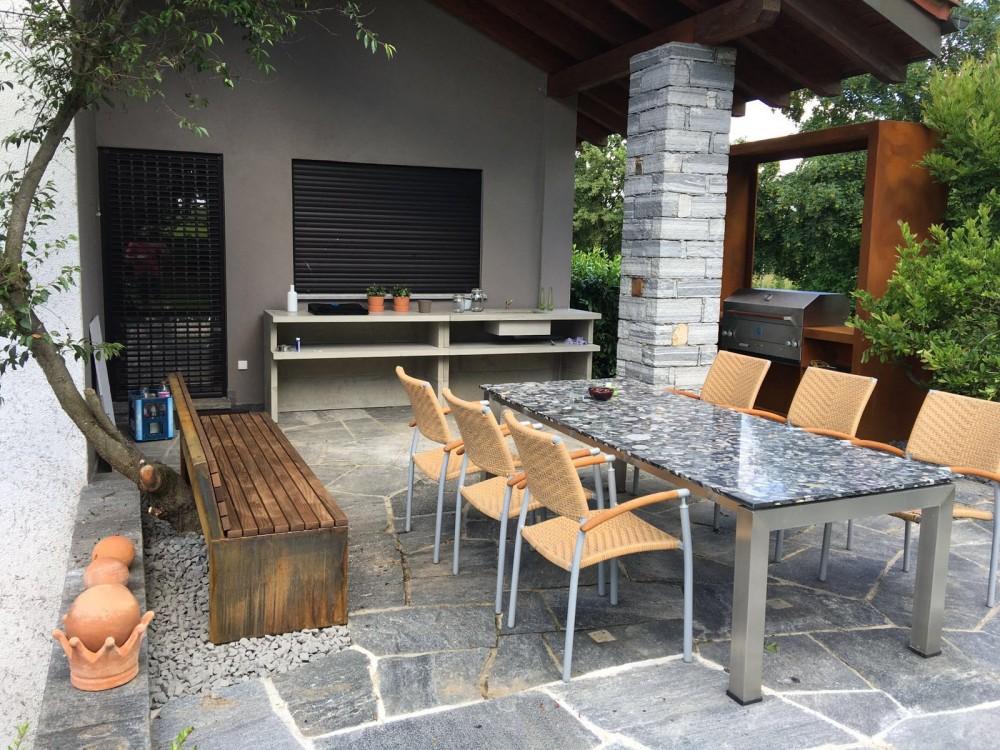 Buitenkeuken op terras met ingebouwde gas barbecue. Op maat gemaakt door Zeno Products. #terras #buitenkeuken #tuinidee