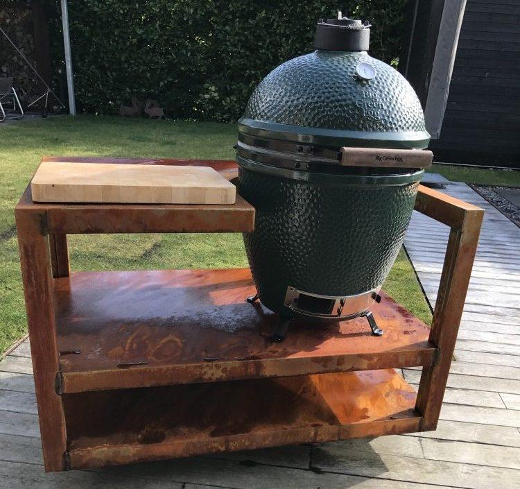 Buitenkeuken Zeno Kitchen BGE. Mooie module van cortenstaal om een Big Green Egg of andere Kamado in te plaatsen. Met extra werkruimte #buitenkeuken #biggreenegg #barbecue