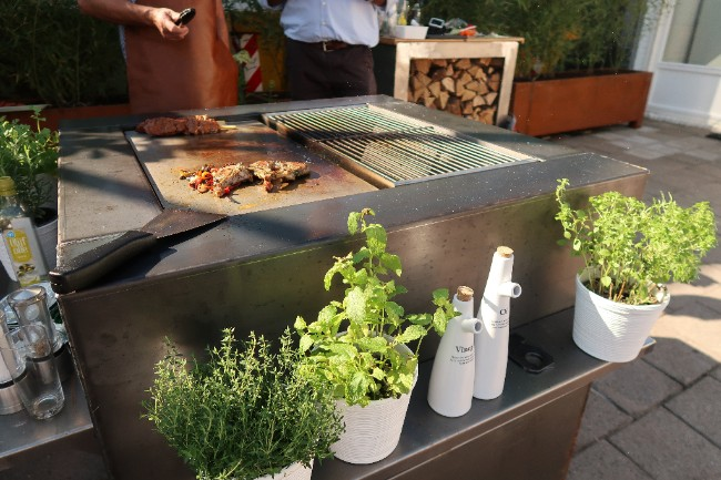 Buitenkeuken met grill. Zeno Fuoco Buca Cooking #barbecue #buitenkeuken #tuininspiratie