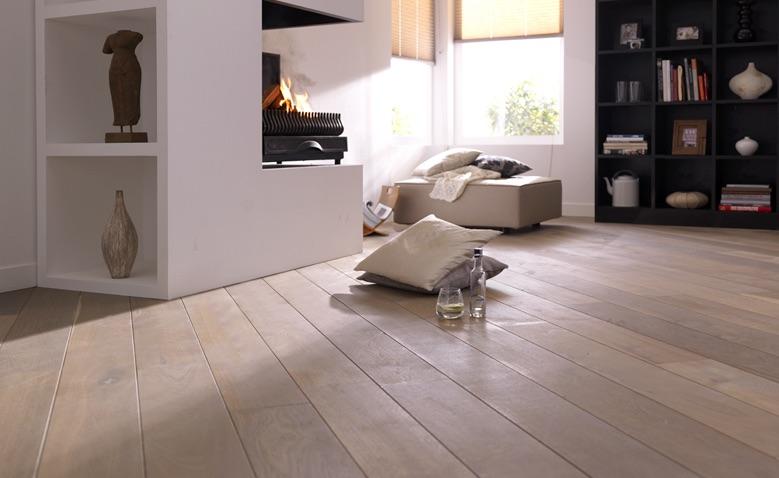 Eikenhouten vloer white wash met brede planken via Bax houten vloeren #houtenvloer #vloer #hout #baxhoutenvloeren