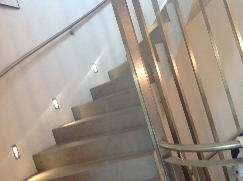 Betonvloeren startpagina voor vloerbedekking idee n uw - Deco woonkamer met trap ...