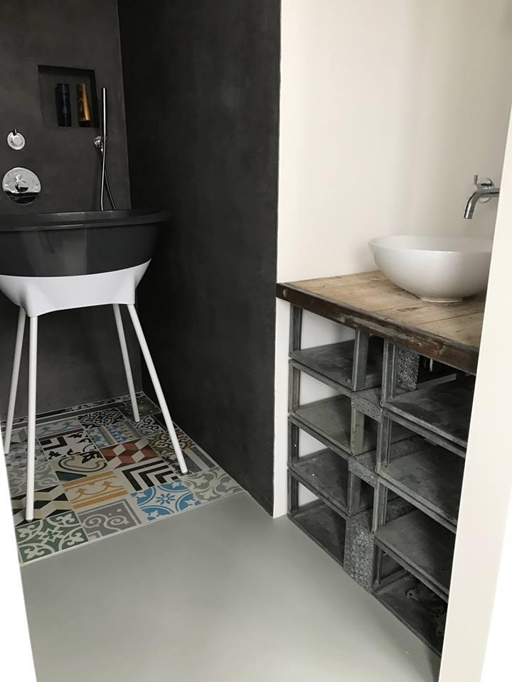 Tegels op de badkamer vloer - patchwork tegels bonte mix van Designtegels.nl #badkamer #pier31
