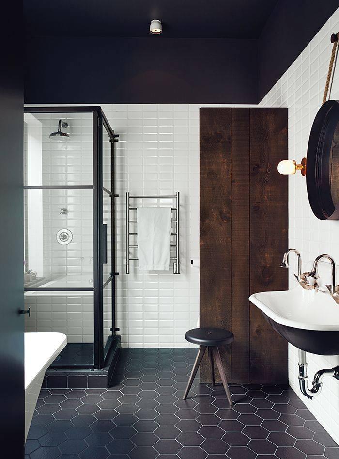 Badkamertrend: zwarte elementen in de badkamer. Zwarte badkamertegels via Designtegels. Portugese cementtegel azule hexagone #badkamertrend #badkamer #badkamerinspiratie #zwart #designtegels #badkamervloer #badkamertegels