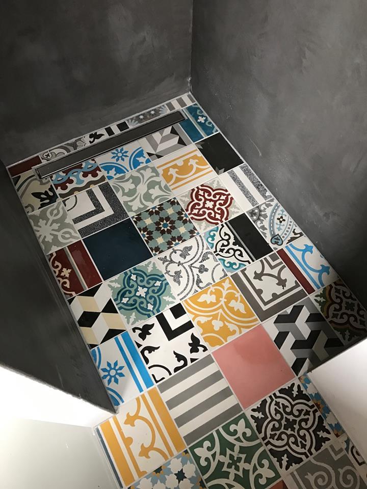 Tegels op de douchevloer - patchwork tegels bonte mix van Designtegels.nl