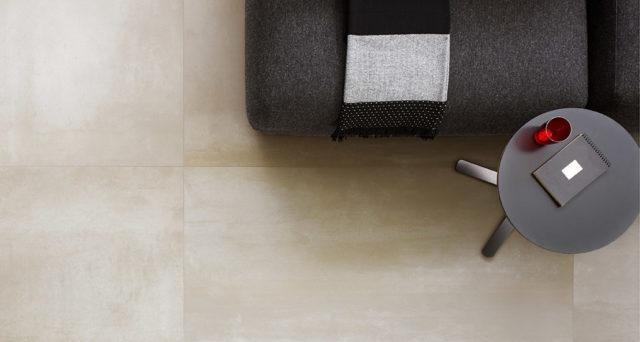 Tegels uit de metal serie van Douglas & Jones. Vloertegels met metal look: nauwkeurige interpretatie van met de hand bewerkt metaal. Innovatie op het gebied van keramische tegels voor wanden en vloeren #tegels #tegelvloer #vloer #design #keramisch #douglasjones