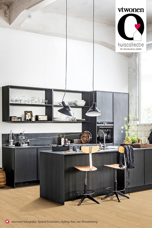 vtwonen tegels in de keuken. Tegelserie Blancs met natuurgetrouwe houtlooks via Douglas & Jones #vtwonen #vtwonentegels #tegels #keuken #keukentegels #keukenidee