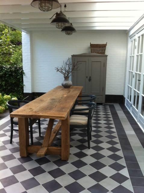 Veranda-terras met portugese tegels zwart wit - via Floorz