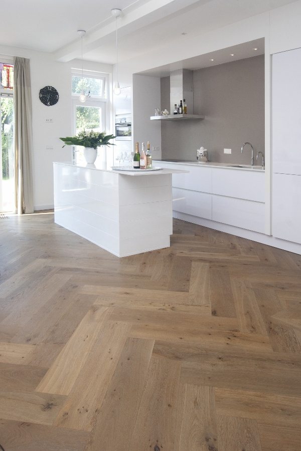 Keuken met houten vloer via Beukers vloeren