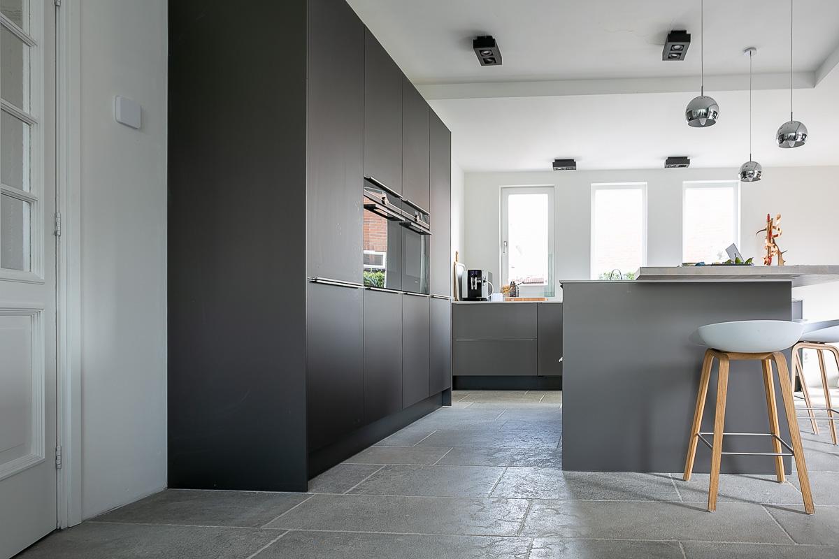 Keuken met natuursteen tegels in zachte grijstinten. Kersbergen natuursteen #keuken #vloer #natuursteen #tegels #kersbergen