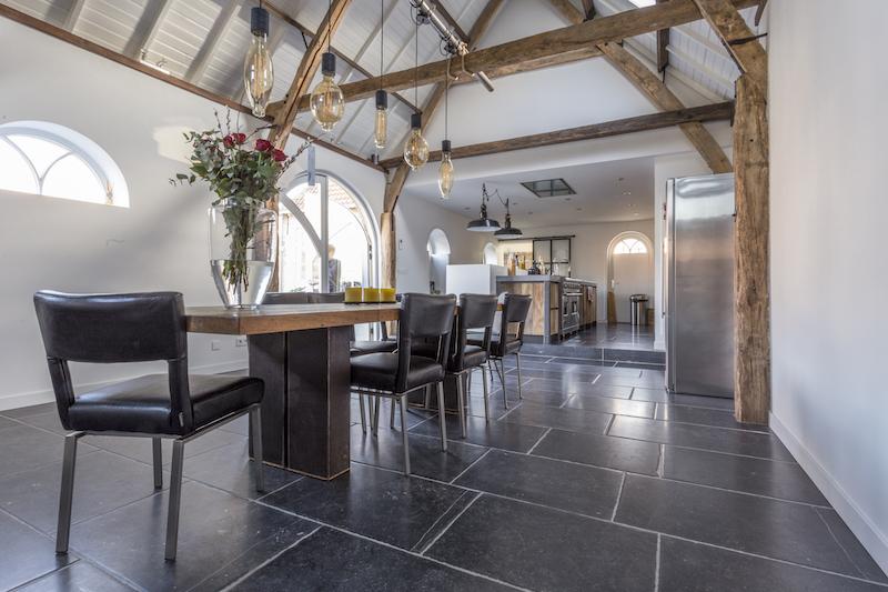 Landelijke keuken met vloer van Belgisch hardsteen. Natuursteen vloer van Kersbergen #keuken Landelijkwonen #landelijkestijl #natuursteen #vloer #kersbergen
