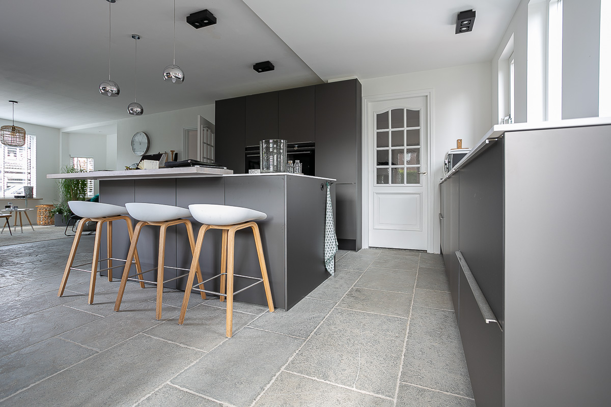 Keuken met Kersbergen natuursteen vloer Fez vloertegels #kersbergen #natuursteen #interieur