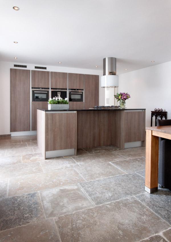 Moderne keuken van hout met vloer van bourgondische dallen via Kersbergen natuursteen