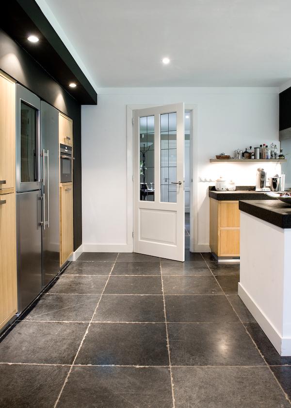 Keukeninspiratie een keukenvloer van natuursteen nieuws startpagina voor keuken idee n uw - Keuken wit en blauw ...