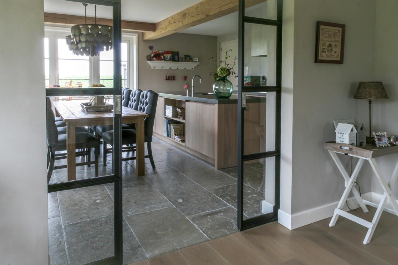 Keukeninspiratie een keukenvloer van natuursteen nieuws startpagina voor keuken idee n uw - Keuken steen en hout ...
