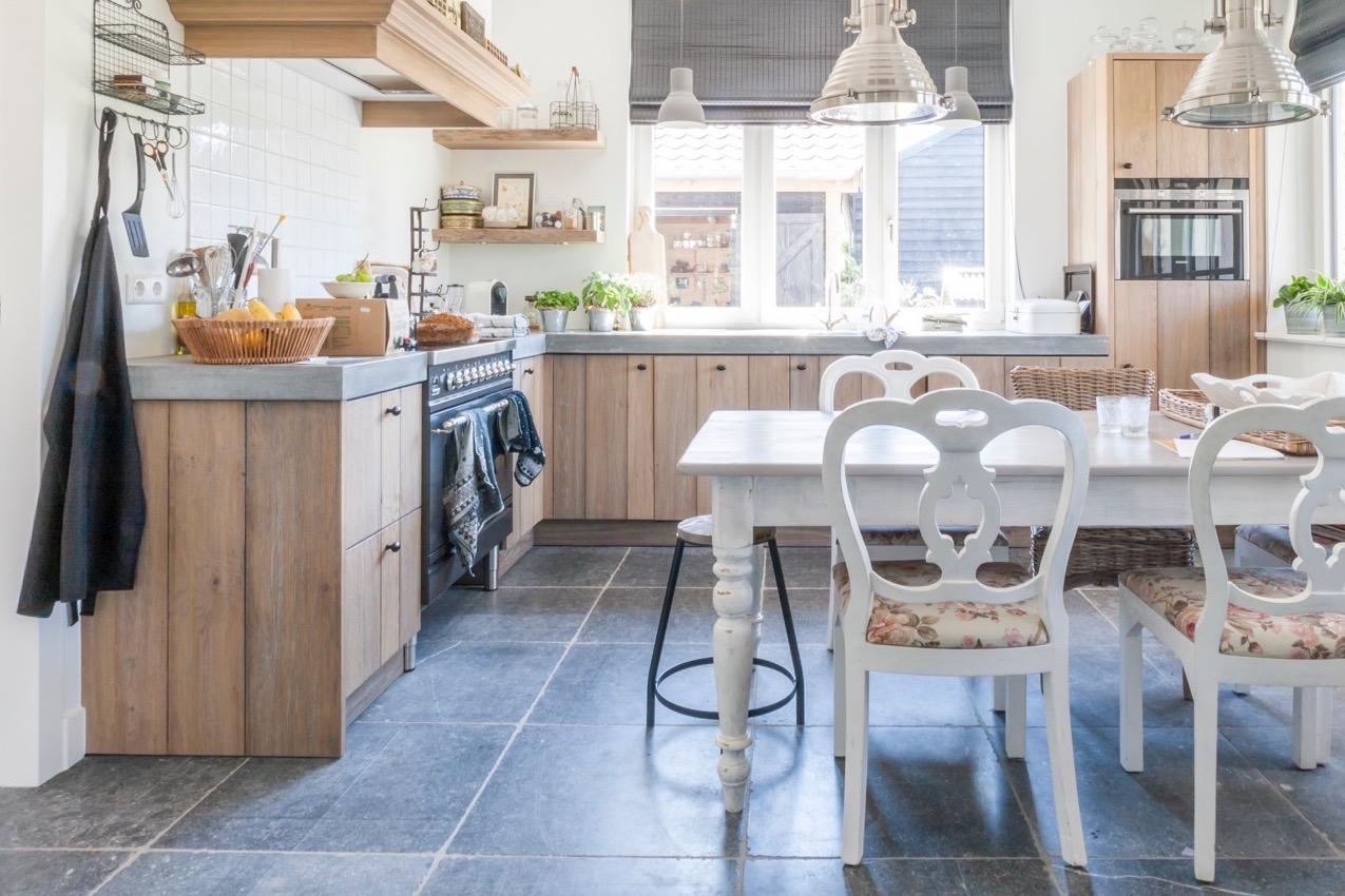 Landelijke houten keuken met vloer van Belgisch hardsteen via Kersbergen Natuursteen