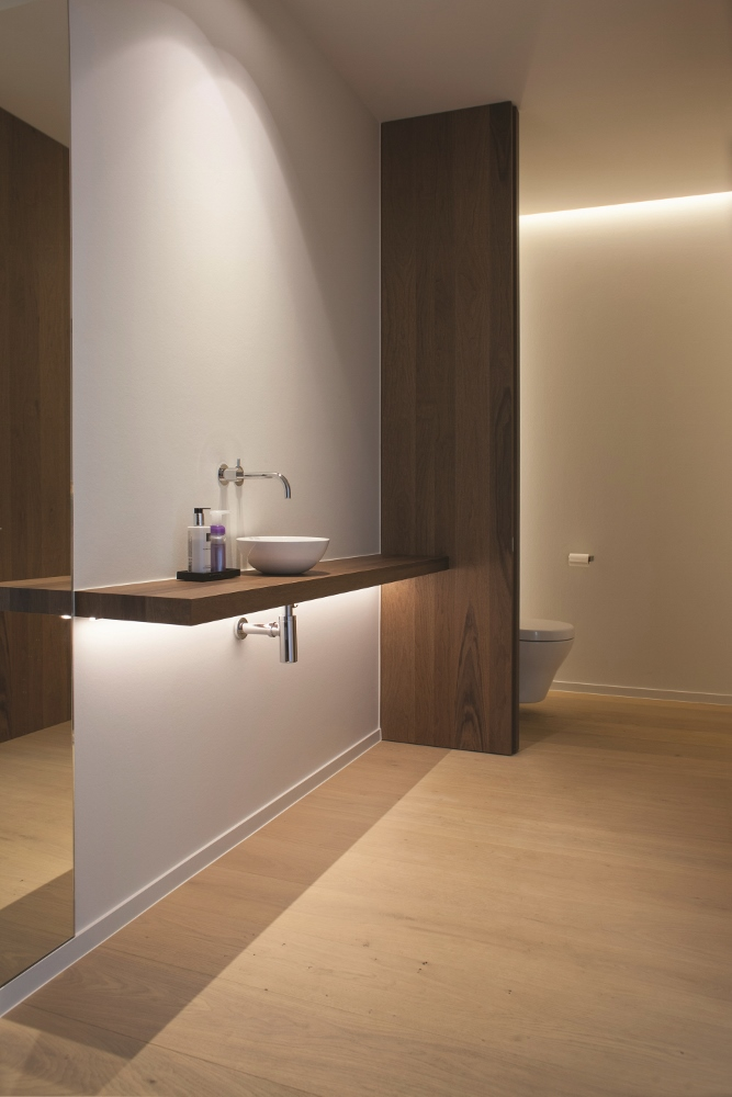 Badkamer met lichte parketvloer planken Royal Natural Customized door Lamett